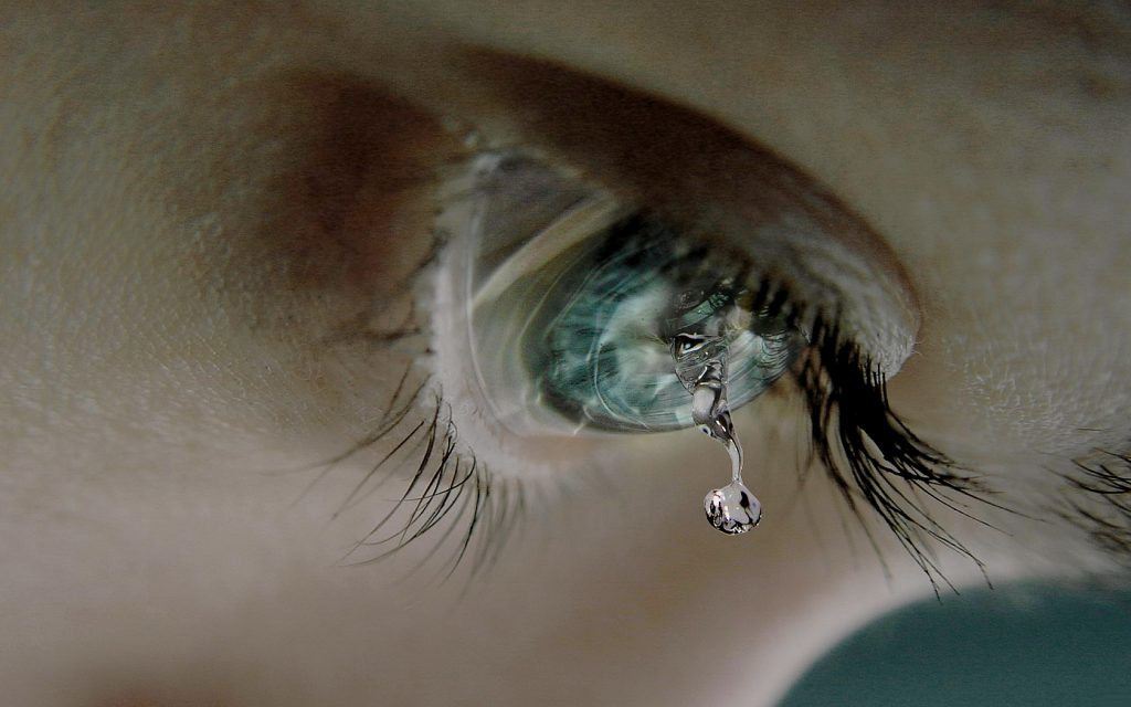 wallpapersxl_tear_drop_let_the_blue_cornea_dropping_eye_lashes_987127_1680x1050